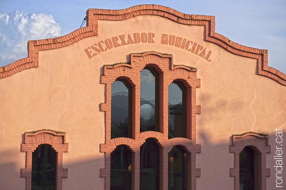 Segon itinerari per la Seu d'Urgell (Alt Urgell). Edifici de l'escorxador municipal projectat el 1924 per Joan Bergós i Massó.