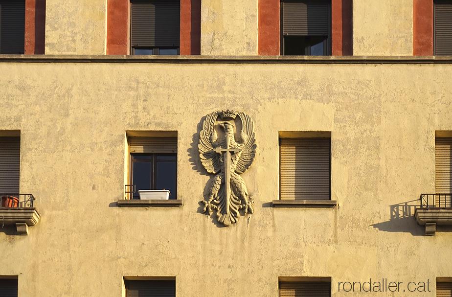 Segon itinerari per la Seu d'Urgell (Alt Urgell). Escut de l'Exèrcit de Terra a la façana d'un bloc d'habitatges.