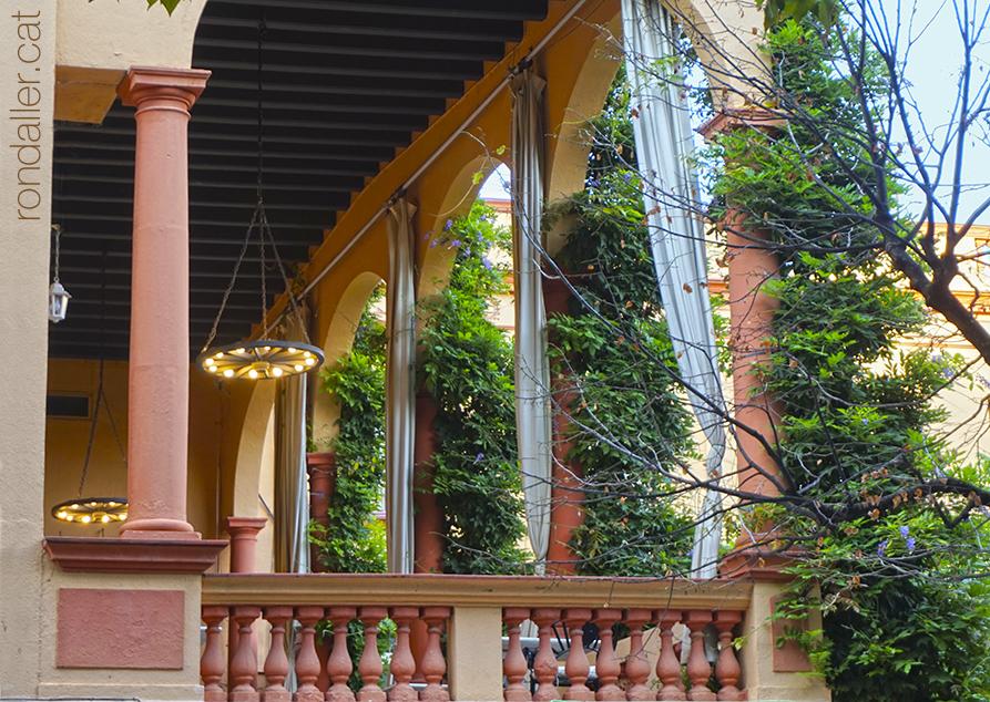 Segon itinerari per la Seu d'Urgell (Alt Urgell). Porxada de l'Hotel Andria, obra atribuïda a Joan Bergós.