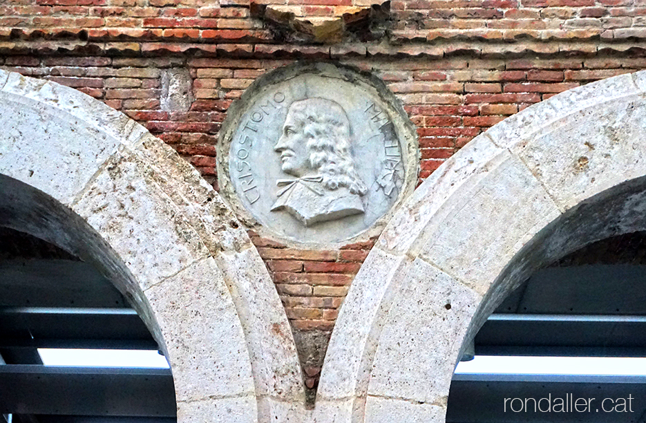 Antic Hospital General de València. Medalló amb el relleu de Crisóstomo Martínez al portal.