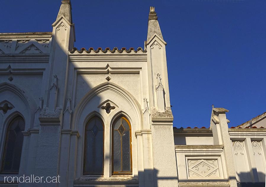 Primer itinerari per Rubí (Vallès Occidental). Façana neogòtica de l'Església Evangèlica, edifici del 1930.