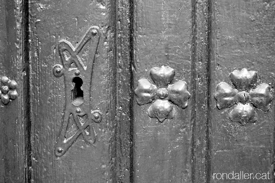 Primer itinerari per Rubí (Vallès Occidental). Pany de la porta de les Escoles Evangèliques, un edifici projectat el 1908 per Francesc Portillo.