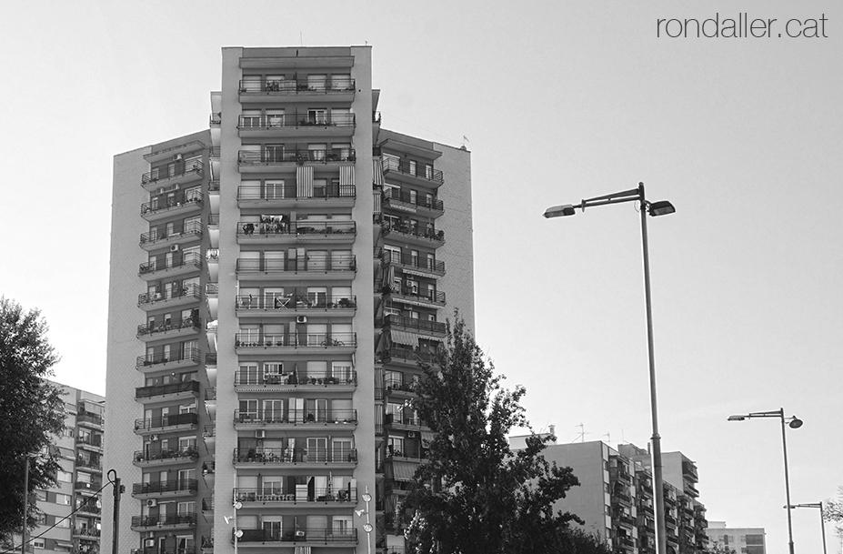 Primer itinerari per Rubí (Vallès Occidental). Altíssim bloc del conjunt residencial Les Torres de Rubí.