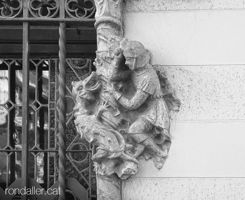 Escultura de Sant Jordi i el drac en una finestra de la Casa Imbert de Rubí, edifici reformat a finals del segle XX.