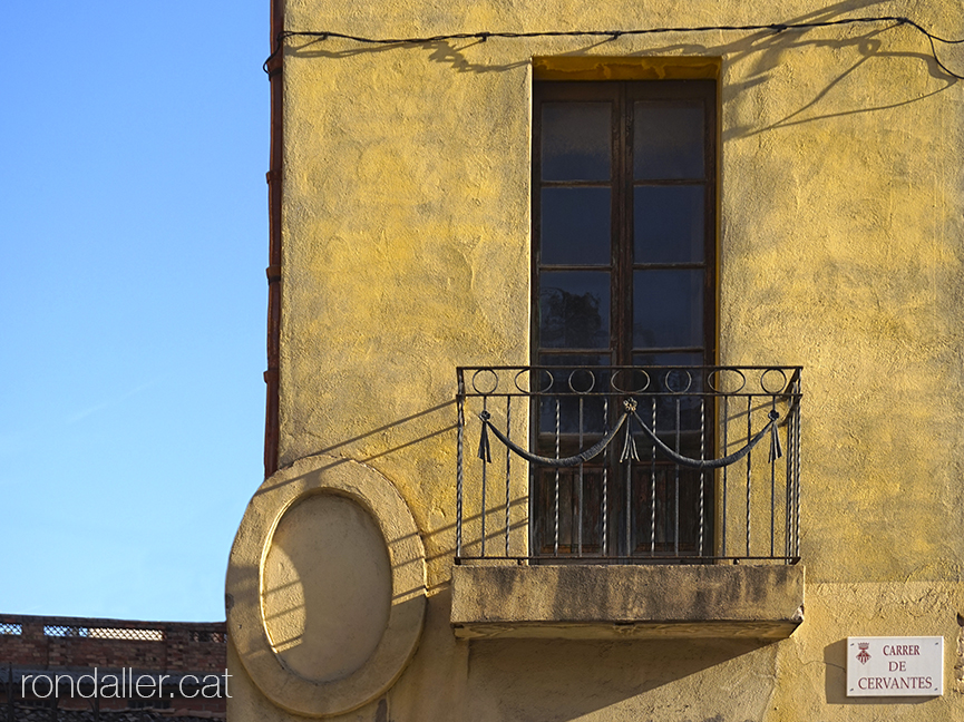 Primer itinerari per Rubí (Vallès Occidental). Balcó de l'edifici de Cal Gerrer.