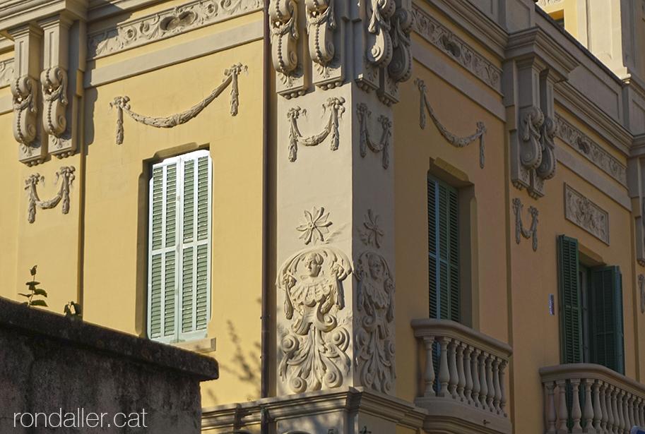 Segon itinerari per Rubí (Vallès Occidental). Decoració a la façana de la Torre Gaju o Torre Marbà.