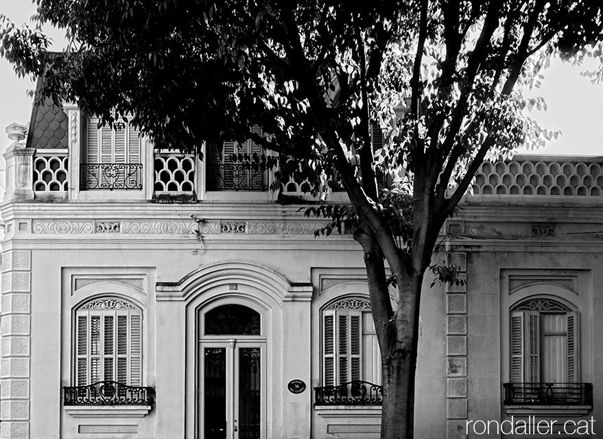 Segon itinerari per Rubí (Vallès Occidental). Habitatge de principis del segle XX amb una mansarda afrancesada.