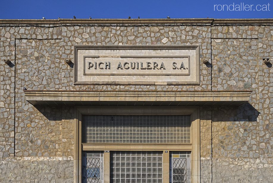 Segon itinerari per Rubí (Vallès Occidental). Entrada principal de la nau industrial de can Pich Aguilera.