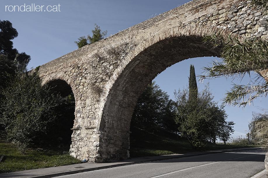 Segon itinerari per Rubí (Vallès Occidental). Arcades del pont aqüeducte de Can Claverí.