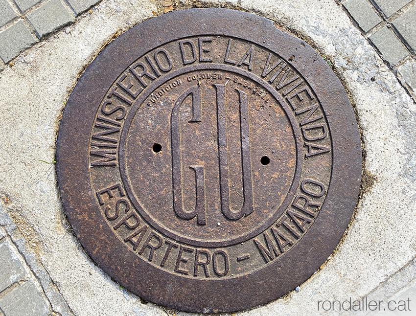 Polígon Espartero de Mataró. Tapa de ferro de clavegueram en una vorera.