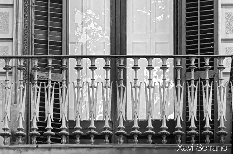 Detall de la barana del balcó de ferro colat de la Casa Aleu o Casa Teresa Font de Barcelona.