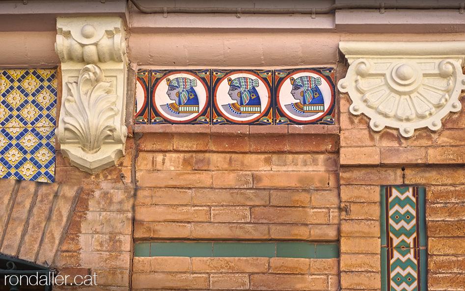 Itinerari per Alfara del Patriarca, València. Rajoles art-déco amb motius egipcis.