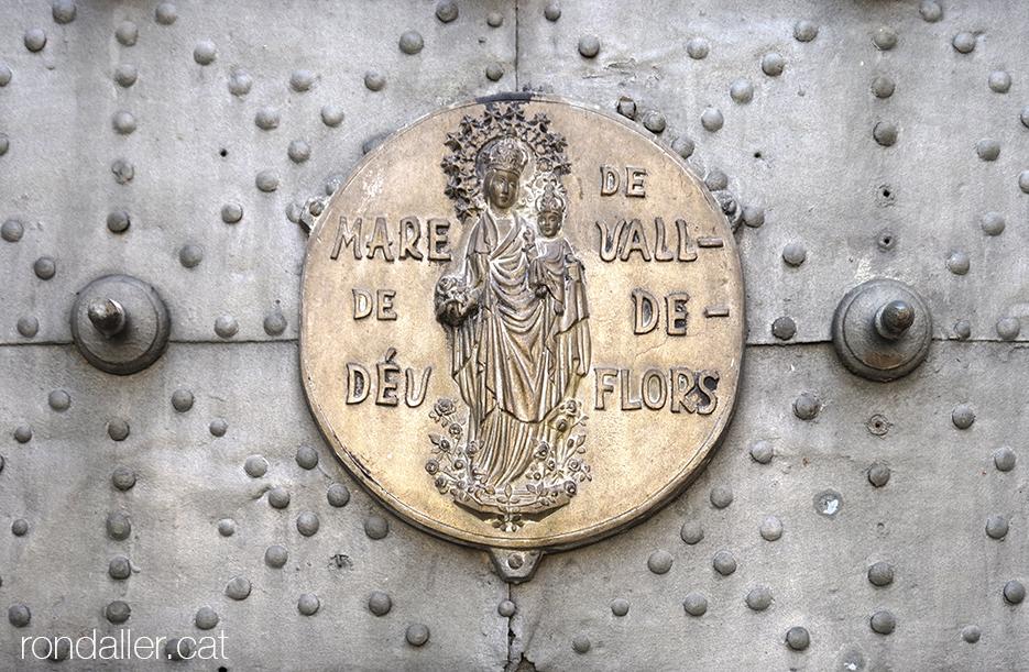 Medalló amb el relleu de la Mare de Déu de Valldeflors a la porta de l'església de Tremp, al Pallars Jussà.