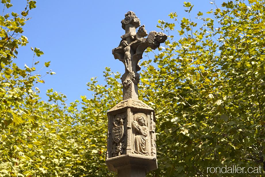 Creu de terme de Tremp, obra gòtica del segle XVII, amb la imatge de Crist crucificat.