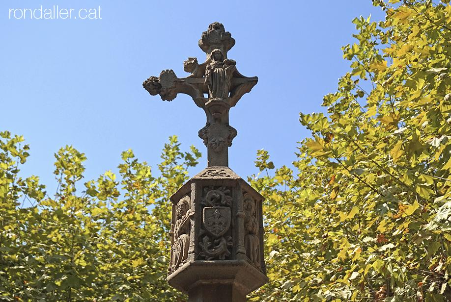 Creu de terme de Tremp, obra gòtica del segle XVII, amb la imatge de la Verge.