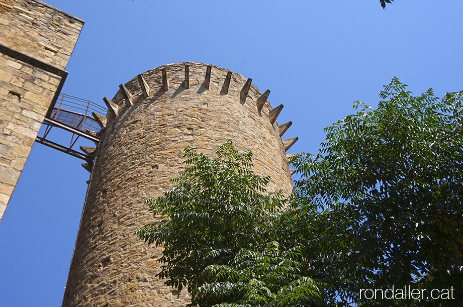 Torre de defensa de l'antiga muralla de Tremp, coneguda com de la Sagristia, a tocar de l'absis de l'església de Santa Maria de Valldeflors.