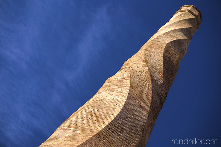 Xemeneia o fumeral d'una antiga fàbrica de teules d'Alfara del Patriarca (València).