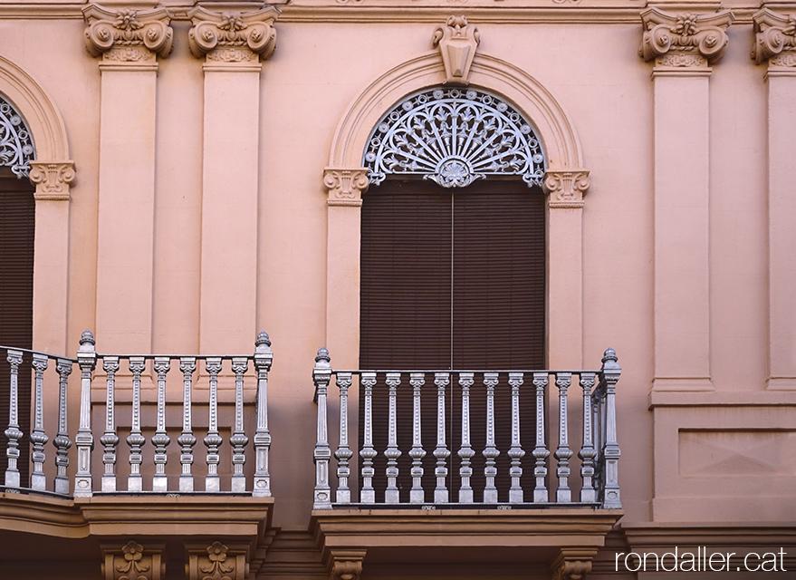 Itinerari per Alfara del Patriarca (València). Detall del guardamalleta d'una finestra.