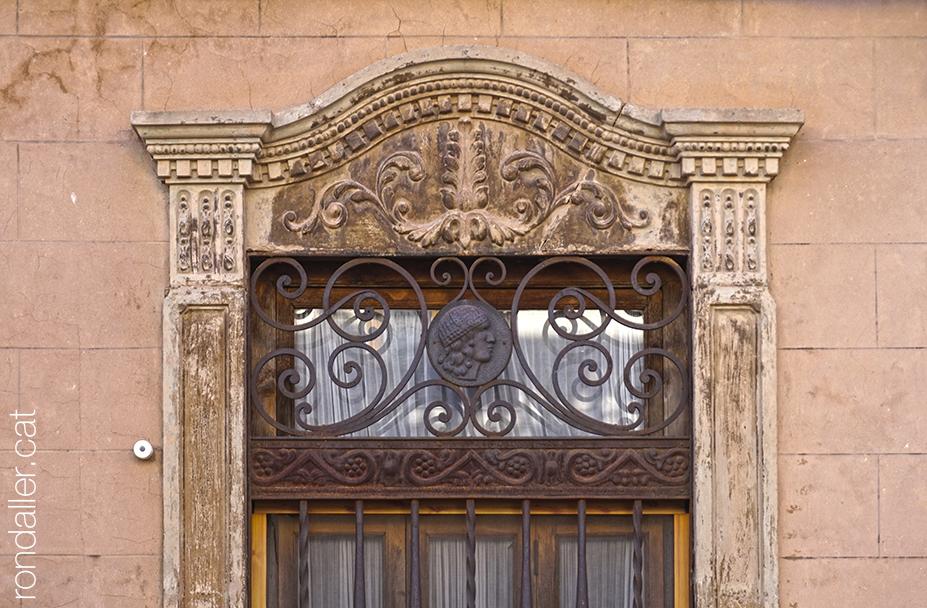 Itinerari per Alfara del Patriarca (València). Detall de la decoració neoplateresca en una finestra.