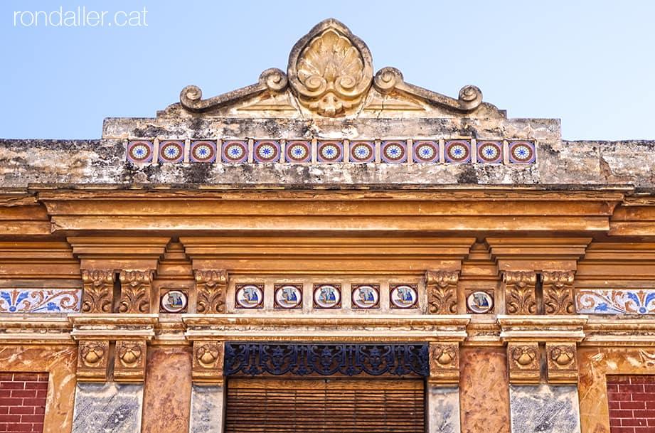Itinerari per Alfara del Patriarca (València). Coronament d'un habitatge eclèctic.
