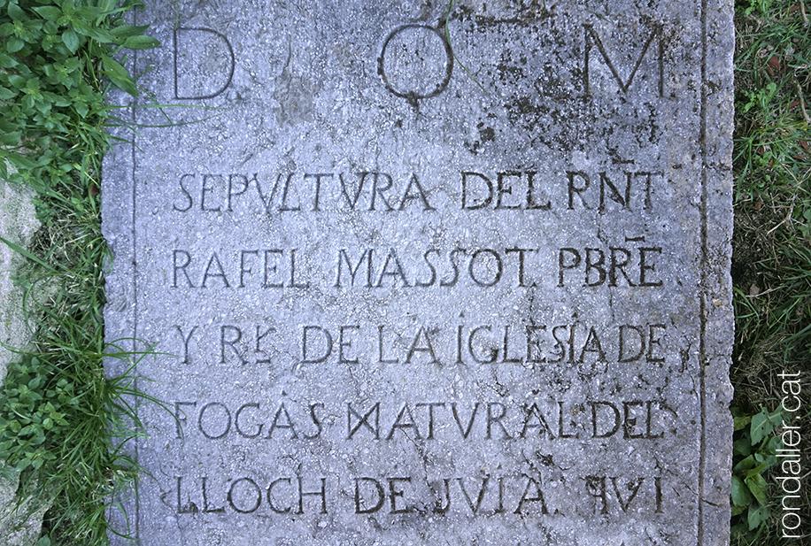 Llosa sepulcral de Rafel Massot, mossèn de la parròquia. Fogars de la Selva