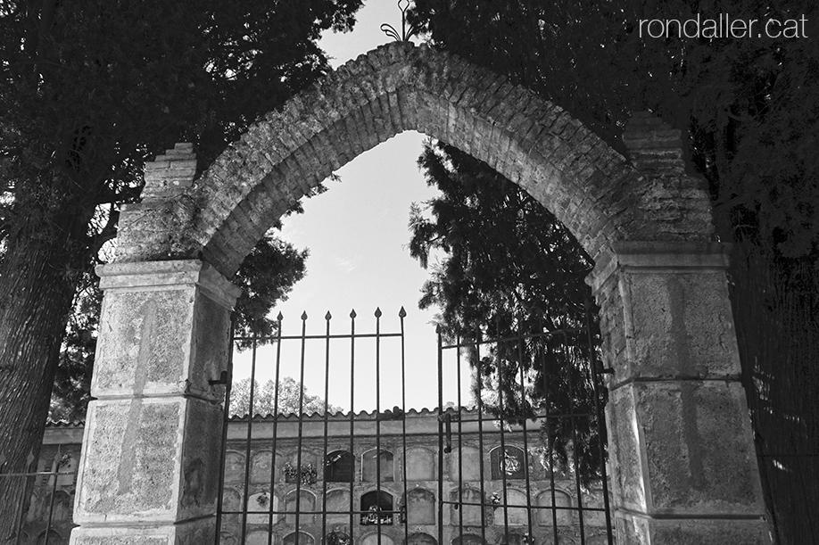 Església de Sant Cebrià de Fogars (la Selva). Portalada d'entrada al recinte del cementiri.