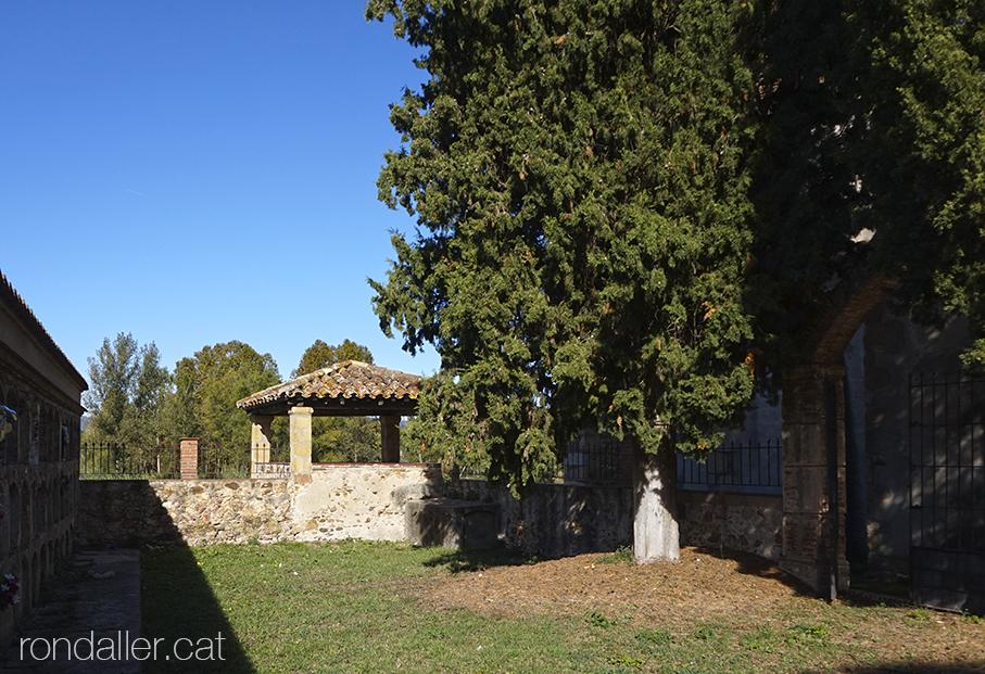 Cementiri i comunidor de l'església de Sant Cebrià de Fogars (la Selva).