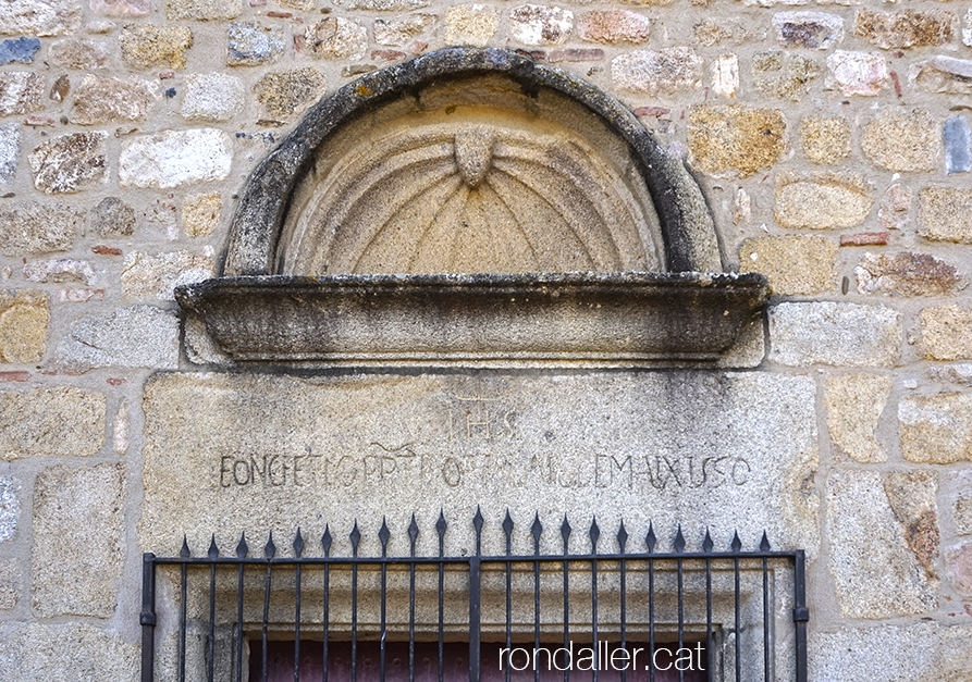 Església de Sant Cebrià de Fogars (la Selva). Detall de la portalada.