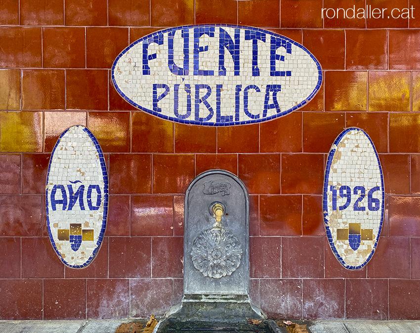 Font noucentista realitzada el 1926 pel paleta Andreu Roca i March d'Arenys de Munt.