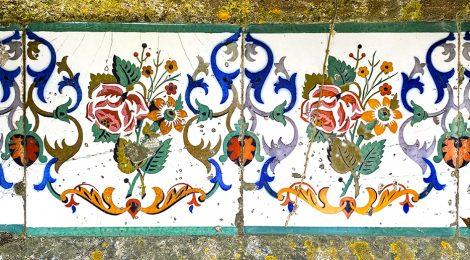 Can Terrades a Arenys de Munt. Fris de rajoles florals que decora la tanca del jardí.