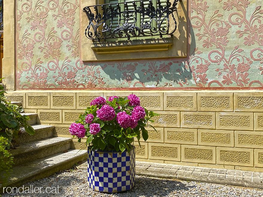 Jardinera i esgrafiats a Can Terrades a Arenys de Munt, també anomenada Villa Cristina i Can Boulatron.