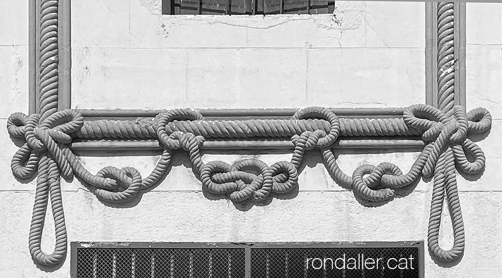 Cordelería Ribó de Badalona. Sanefes decoratives amb forma de cordes i nusos.