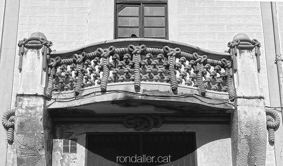 Balcó de la Cordelería Ribó de Badalona, on la barana imita una xarxa de pesca.