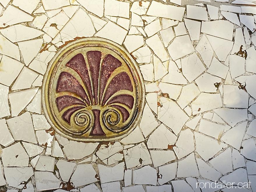 Detall d'un banc fet amb trencadís al Polígon Espartero de Mataró.