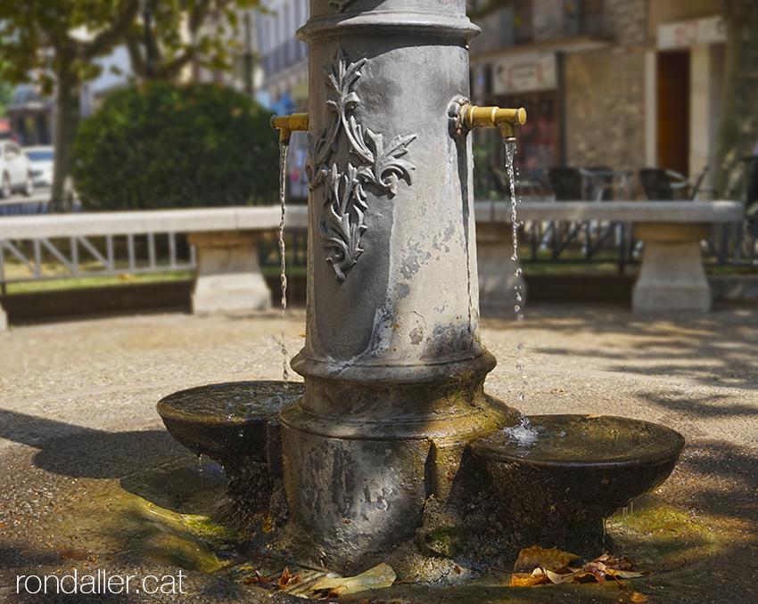 Font al peu de la creu de terme de Tremp, al Pallars Jussà.