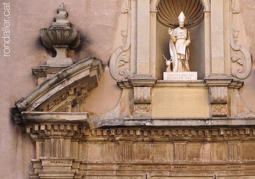 Església de Sant Honorat de Vinalesa. Detall de la portalada barroca, amb l'escultura realitzada per Octavi Vicent.