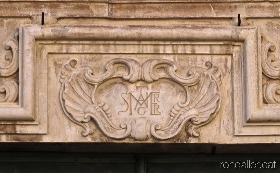 Església de Sant Honorat de Vinalesa. Acróstic en un medalló a la portalada barroca.