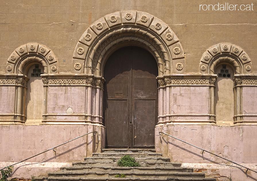 Portalada de l'Església de la Colònia Sedó a Esparreguera, projectada per Claudi Duran i Ventosa.