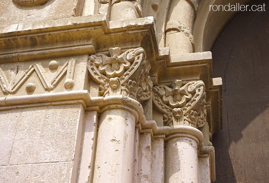 Detall de la portalada de l'església de Santa Victorina a Esparreguera.