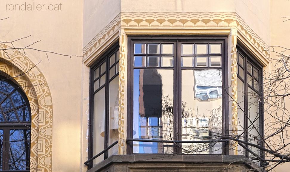 Tribuna de la Casa Puig de Vic, edifici noucentista de Josep Maria Pericas.