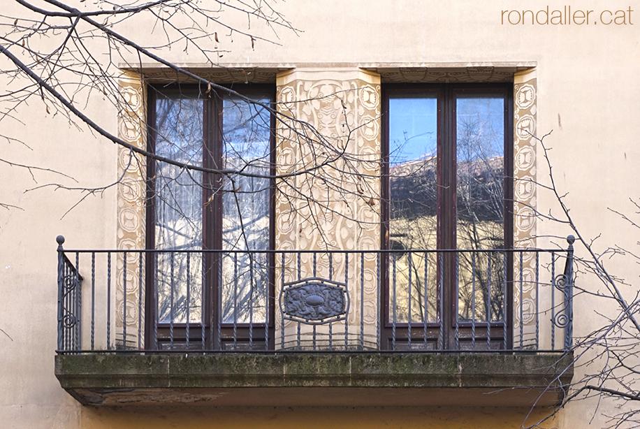 Balcó de la Casa Puig de Vic, edifici noucentista de Josep Maria Pericas.