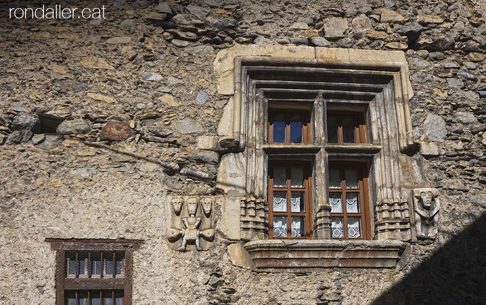 Finestra renaixentista a Arties (Vall d'Aran), amb uns enigmàtics relleus.