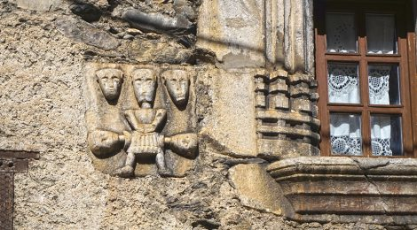 La Casa Paulet a Arties (Vall d'Aran). Detall d'una figura de pedra al costat d'una finestra.