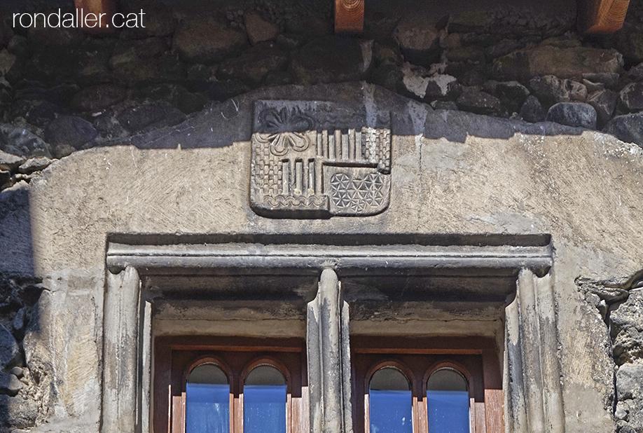 Escut damunt una finestra renaixentista a Arties (Vall d'Aran).