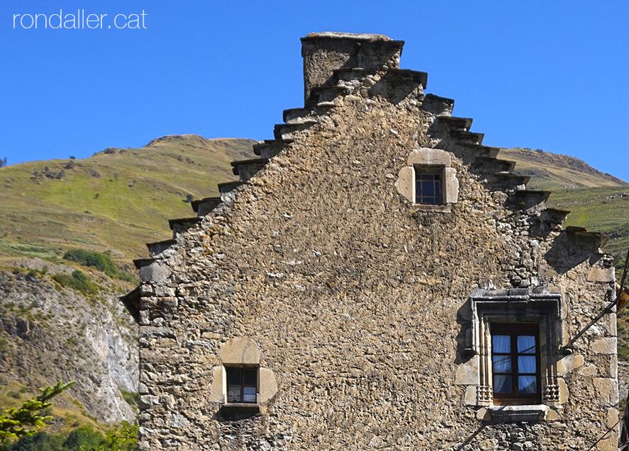 La Casa Paulet a Arties (Vall d'Aran). Detall de la teulada esglaonada.