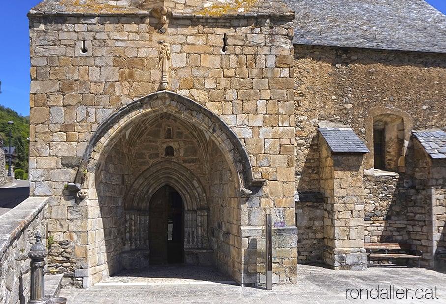 Nàrtex, atri o porxada gòtica de l'església de Sant Martí de Gausac a la Vall d'Aran.