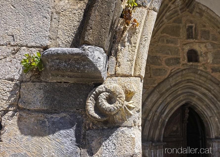 Església de Sant Martí de Gausac a la Vall d'Aran. Detall escultòric amb forma de serp a l'exterior del nàrtex.