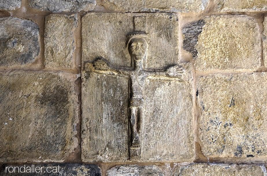 Església de Sant Martí de Gausac a la Vall d'Aran. Escultura d'un Crist crucificat probablement romànic.