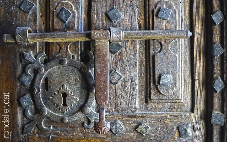 Detall del forrellat a la porta de l'església de Gausac a la Vall d'Aran.