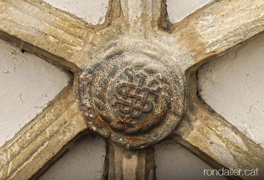 Església de Sant Martí de Gausac a la Vall d'Aran. Clau de volta de l'atri amb el monograma IHS.